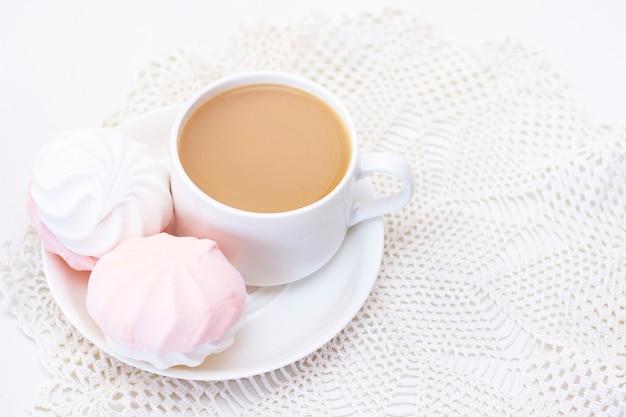 Pianki, herbata lub kawa z mlekiem. na lekkiej powierzchni. romantyczny wiosenny poranek. delikatne śniadanie, śniadanie w łóżku. dla ukochanego. niespodzianka.