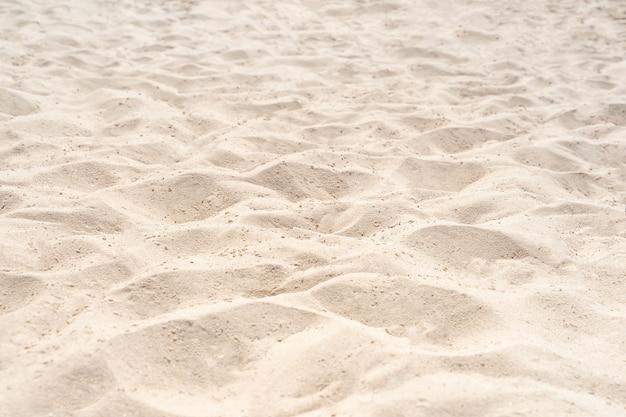 Piasek na plaży w tle. tekstura piasku na plaży brown jako tło. zbliżenie.