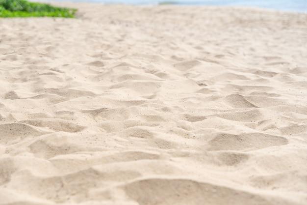 Piasek tekstura tło. brązowy wzór pustyni z tropikalnej plaży. zbliżenie.