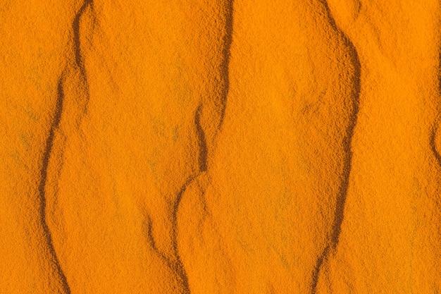 Piasek z falami na czerwonej pustyni