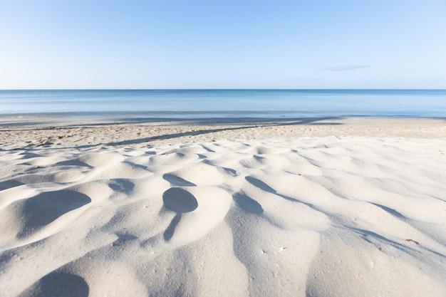 Piaszczysta plaża i morze rano azja tajlandia.