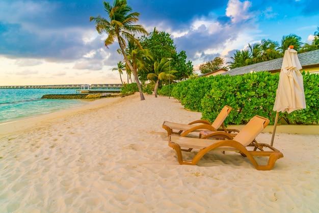 Piaszczysta plaża kąpielowa w oceanie podróż parasol