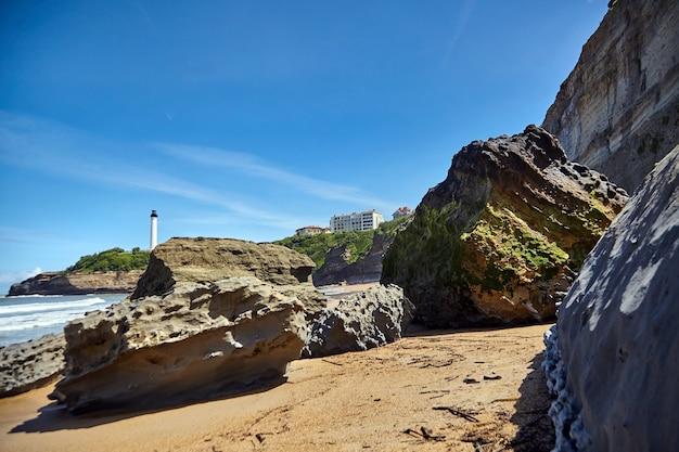 Piaszczysta plaża z kamieniami w biarittz we francji