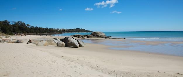 Piaszczysta plaża z kilkoma kamieniami