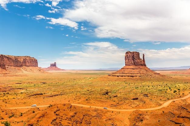 Piaszczysta pustynia w monument valley