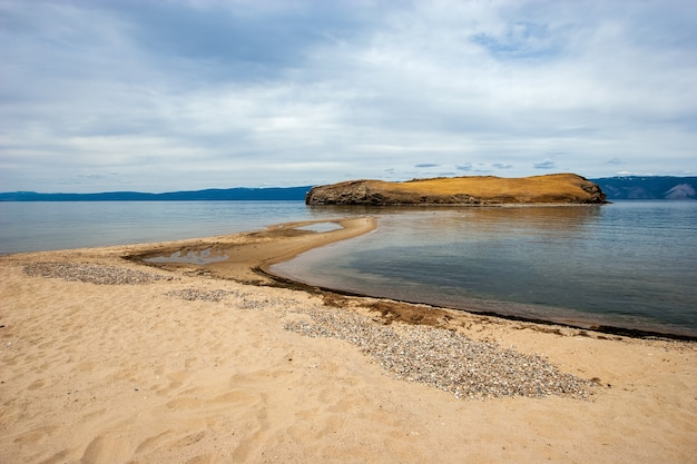 Piaszczysty brzeg jeziora bajkał z widokiem na mierzeję i wyspę