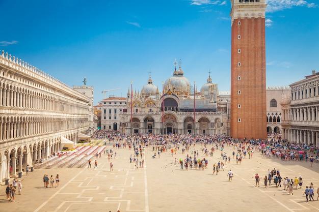 Piazza san marco z bazyliką świętego marka i dzwonnicą campanile świętego marka (campanile di san marco) w wenecji, włochy, 09 września 2015 r.
