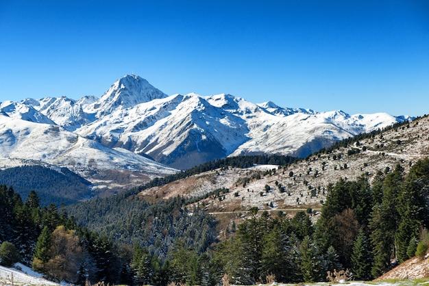 Pic du midi de bigorre we francuskich pirenejach ze śniegiem