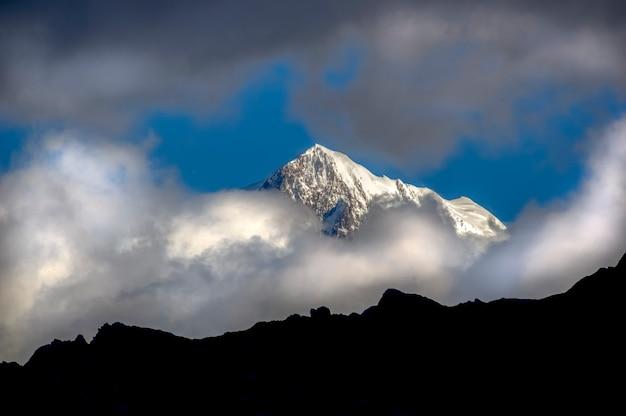 Pic mount cook i chmura park narodowy mount cook wyspa południowa nowa zelandia
