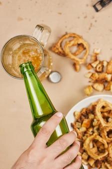 Pić piwo. stół pełen piwnych przekąsek