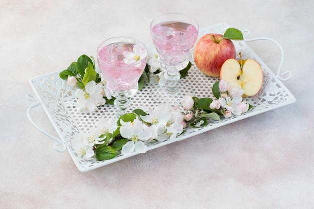 Pić w szklankach, jabłkach i kwiatach jabłoni