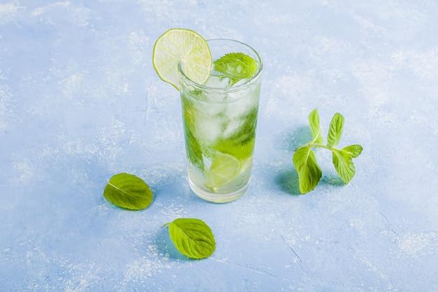 Pić z limonką i miętą. letnie lemoniady lub mrożona herbata. koktajle mojito z kostkami lodu.