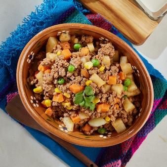 Picadillo de res con verduras servido en plato de barro comida mexicana