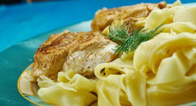 Piccata z kurczaka z makaronem, przygotowana z pikantnym i pikantnym sosem z cytryny i białego wina .
