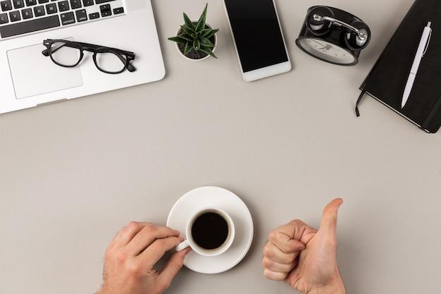 Picie dobrej kawy w pracy na biurku
