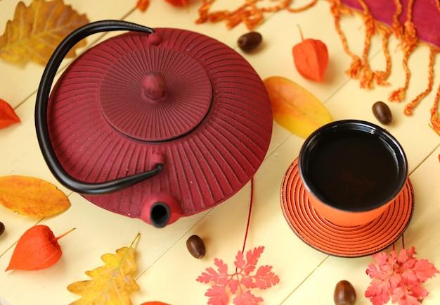 Picie jesiennej herbaty. sezon jesienny.