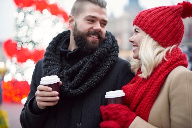 Picie kawy podczas mroźnej zimy