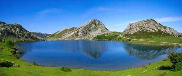 Picos de europa enol jezioro w asturii w hiszpanii