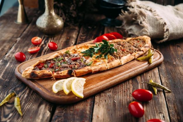 Pide turecki chleb płaski z mielonym mięsem