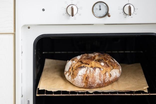 Piec chlebowy na pergaminie upiec domowy chleb chleb na zakwasie pyszne i naturalne potrawy