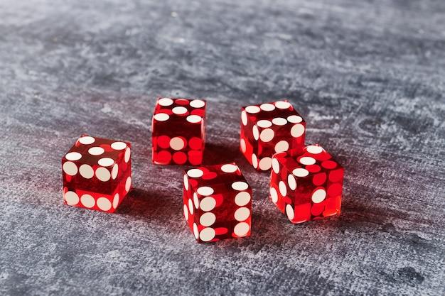 Pięć czerwonych szklanych kostek na szaro