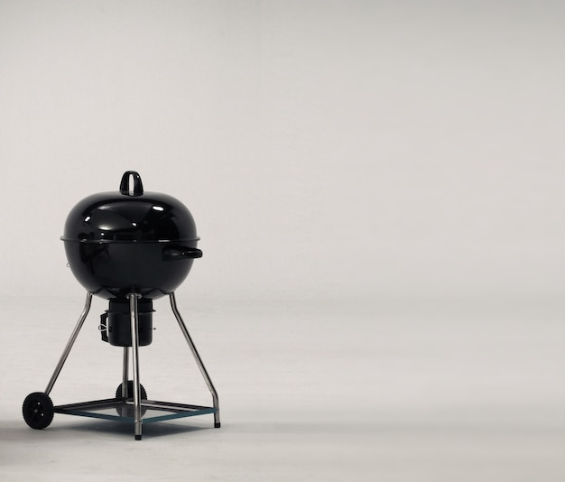 Piec do grilla wykonany ze stali w kolorze czarnym na imprezę lub piknik rodzinny i biały