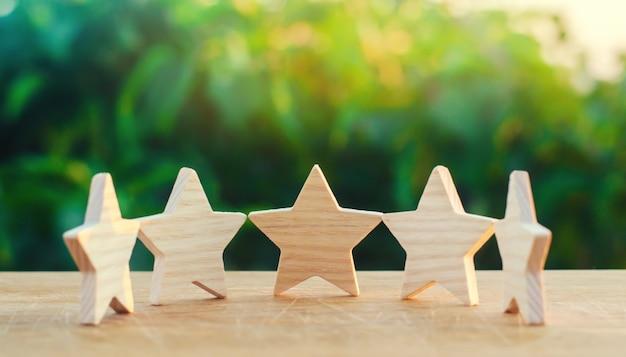 Pięć drewnianych gwiazd. zdobądź piątą gwiazdę.