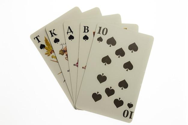Pięć kart do gry rozłożonych wachlarzem pośrodku kadru na białym tle przycinającym