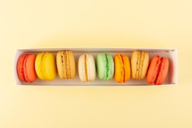 Piec kolorowe francuskie makaroniki z góry