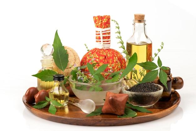 Pięć liści czyste drzewo lub vitex negundo i olejek do masażu na białym tle.