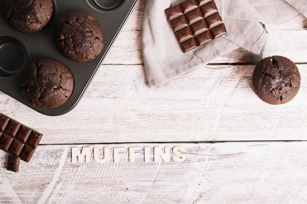 Piec muffins z tekstem na bielu stole