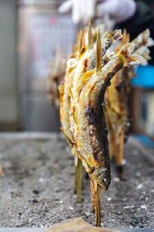 Piec na grillu ayu ryba z solą przy kegon wodospadem