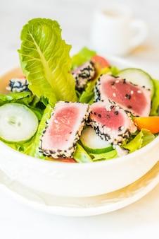 Piec na grillu tuńczyk sałatka w białym pucharze - zdrowy jedzenie