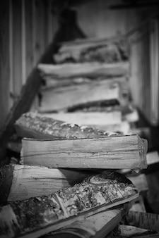 Piec opalany drewnem. drewno opałowe do ogrzewania pieca. magazyn drewna opałowego do pieca.