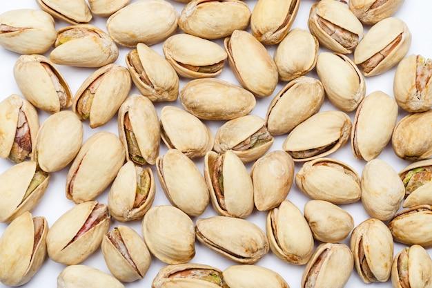 Piec pistacj dokrętki na bielu stole