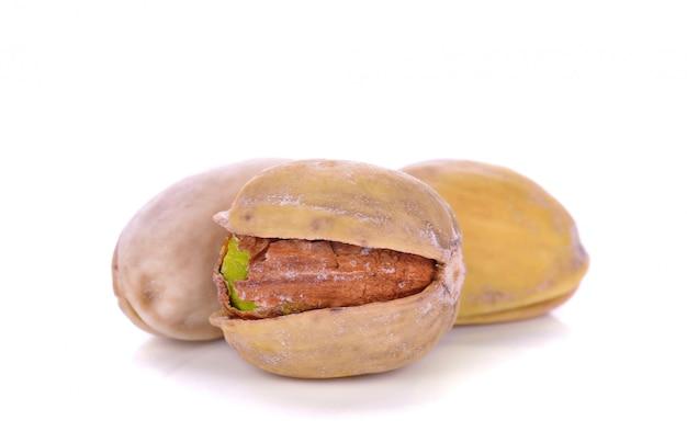 Piec pistacje w skorupie odizolowywającej na bielu