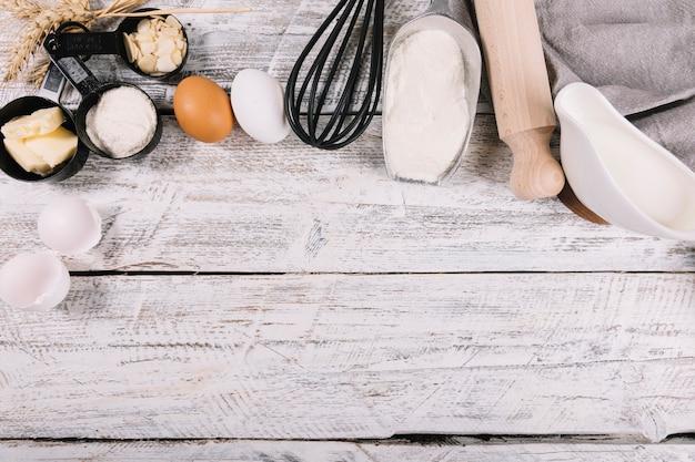 Piec składniki na białym drewnianym stole