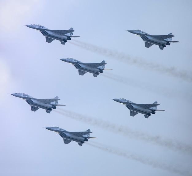 Pięć wojskowych myśliwców jako część jednostki na niebie.