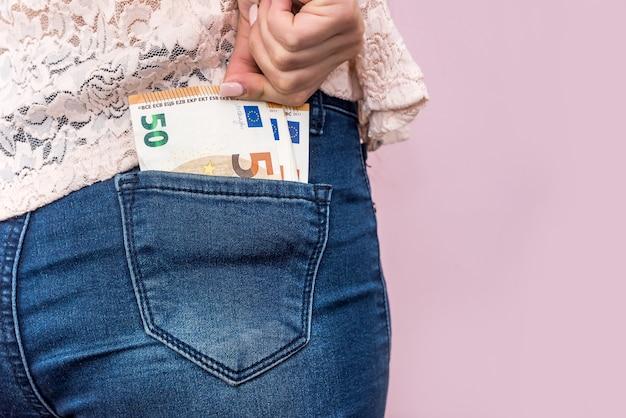 Pięćdziesiąt banknotów euro w kieszeni dżinsów, z bliska