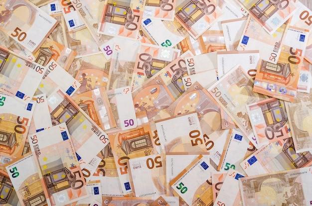 Pięćdziesiąt banknotów euro w tle