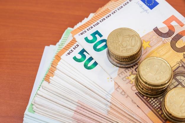 Pięćdziesiąt banknotów i monet euro. koncepcja finansowa.