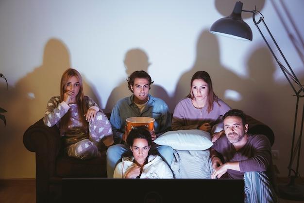Pięciu młodych przyjaciół ogląda film