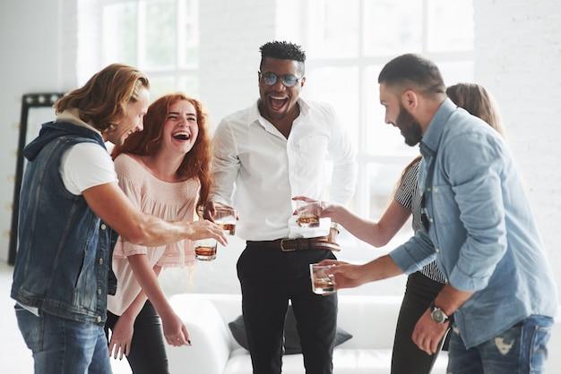 Pięciu wielorasowych pracowników biurowych świętuje swój sukces w biznesie