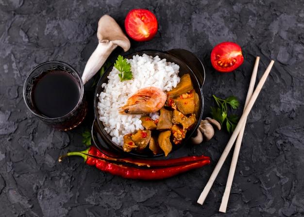 Pieczarki i ryżu naczynia odgórny widok