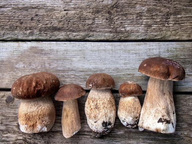 Pieczarki na drewnianym stole.
