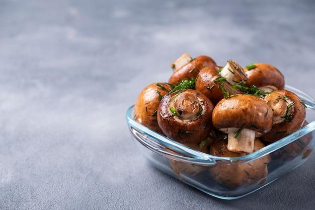 Pieczarki pieczarki marynowane w oliwie z oliwek i kopru włoskiego gotowe do gotowania