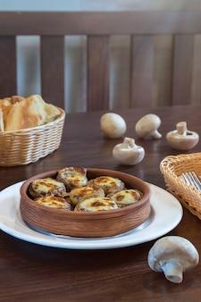 Pieczarki z serem w glinianych garnkach
