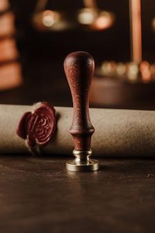 Pieczęć notarialna i zapieczętowany dokument na drewnianym stole. obraz pionowy
