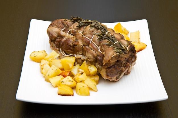 Pieczeń cielęca z ziemniakami