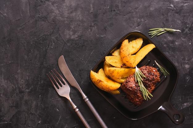 Pieczeń wołowa ze smażonymi ziemniakami